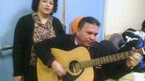 Esteban y Yany con la guitarra